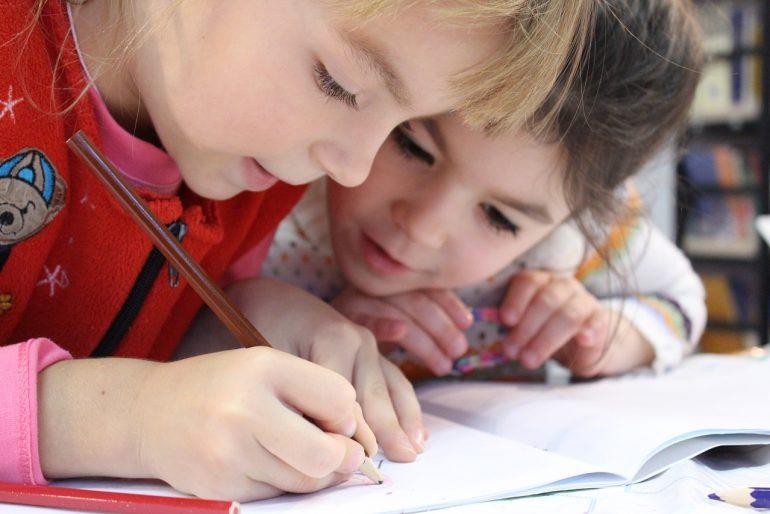 Ghiozdane și rechizite gratuite pentru elevi și preșcolari